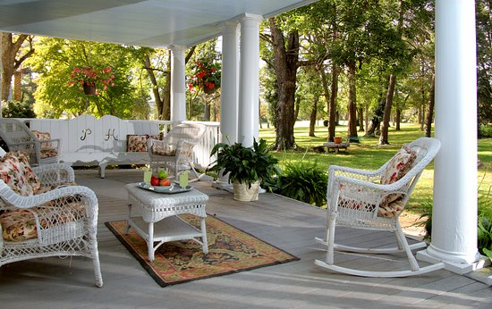 Prospect Hill Plantation Inn: Prospect Hill's old-fasioned Southern front porch