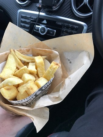Old Kilpatrick, UK: Cone of chips only a £1