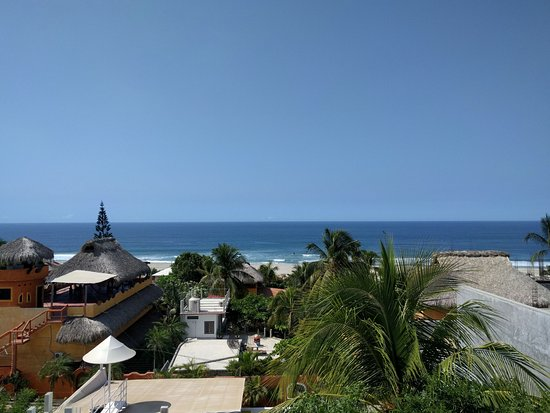 Hotel Aqua Luna: View of Zicatela beach from rooftop terrace.