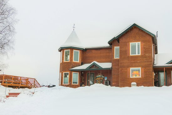 Talkeetna Denali View Lodge & Cabins: The front veiw of our lodge in January
