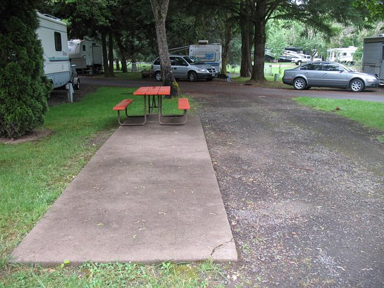 Roseburg, OR: gravel pads/cement patio/picnic table/fire ring