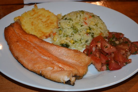 Paraiso Quetzal Lodge: Dinner includes an option of local trout.