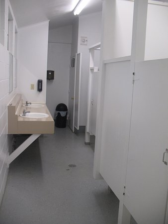 Roseburg, OR: community sink area / lockable doors for toilets & showers