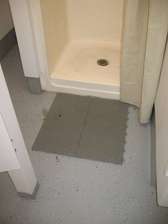 Twin Rivers Vacation Park: rubber mats upon exit from showers
