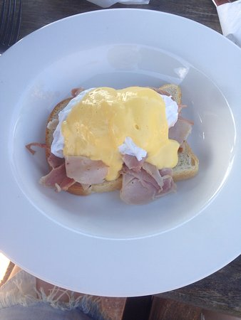 Scarborough, Австралия: Eggs Benedict. 1 Slice of plain bread, some supermarket ham and average hollandaise. Not worth $