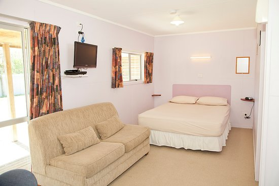 Himatangi Beach Holiday Park: Kitchen Cabin, open room, bed and sofa bed