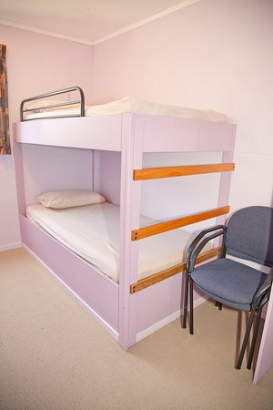 Himatangi Beach Holiday Park: Kitcehn cabin- separate room with bunks