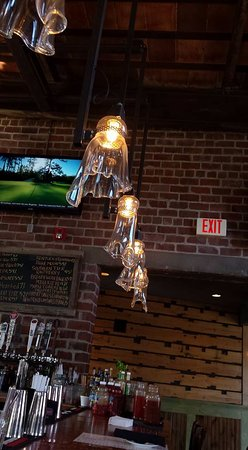 Cuyahoga Falls, OH: Cool decorative lighting in the bar area