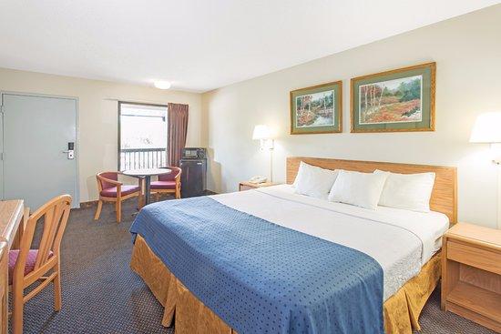 Days Inn Valdosta at Rainwater Conference Center: Standard Room 1 King Bed