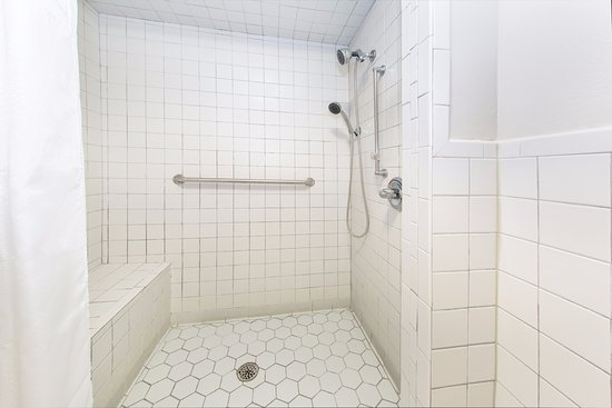 Days Inn Valdosta at Rainwater Conference Center: Accessible Roll-in Shower