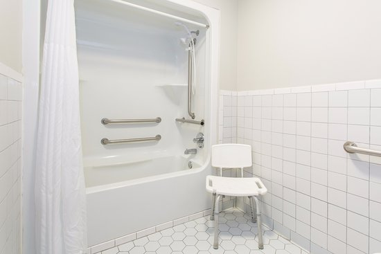 Days Inn Valdosta at Rainwater Conference Center: Accessible Shower/Tub Combo with Stool