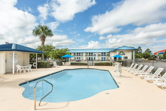 Days Inn Valdosta at Rainwater Conference Center: Outdoor Swimming Pool with Sun Deck