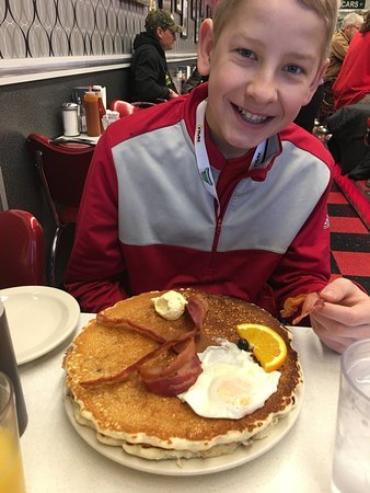Oscar's Cafe: HUGE pancakes, crispy bacon