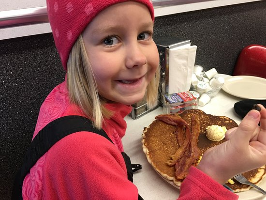 Oscar's Cafe: HUGE pancakes, crispy bacon 2