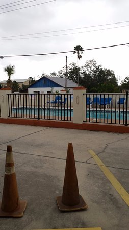 Travelodge Suites St Augustine: Very nice pool is across from hotel front/parking area