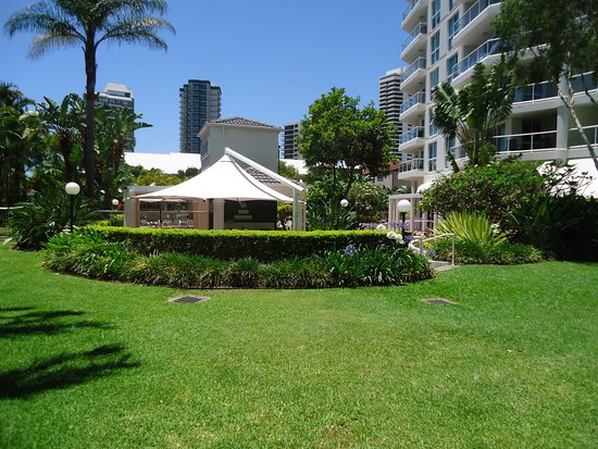 The Crest Apartments: Beautiful manicured lawns to relax or play