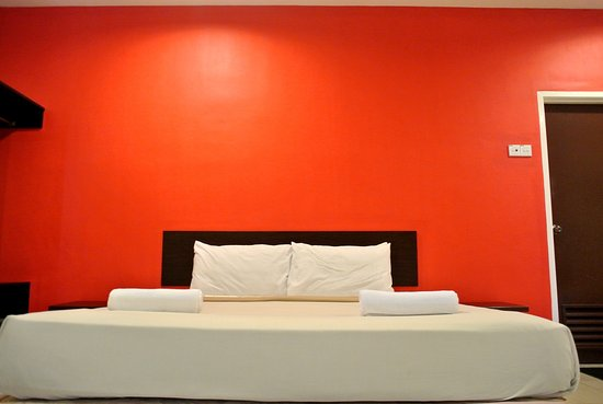 Wau Hotel & Cafe: King size bed for a good night sleep