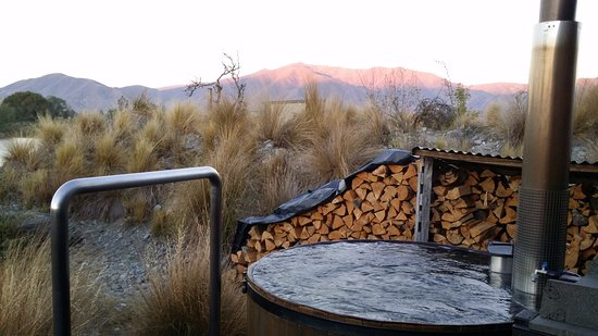 Omarama, Nueva Zelanda: Sunset at the hot tub for two people