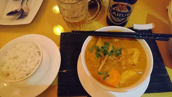 Ong Bee lounge : Thaicurry mit Chicken und Reis