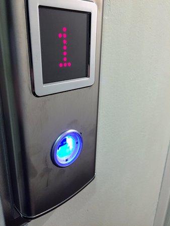 Euston Square Hotel: Liftknopf ohne Abdeckung
