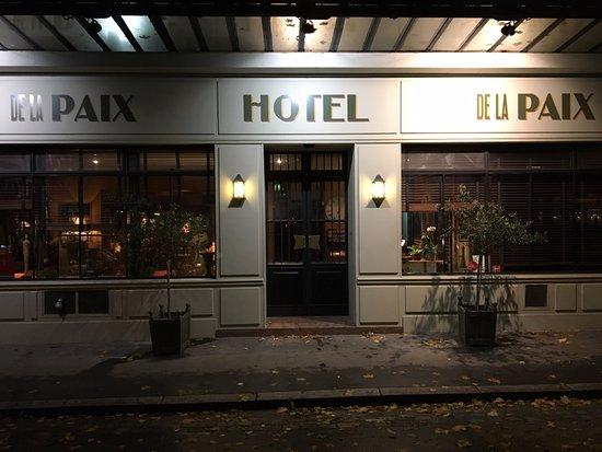 Hotel De La Paix Montparnasse : La devanture de l'hôtel