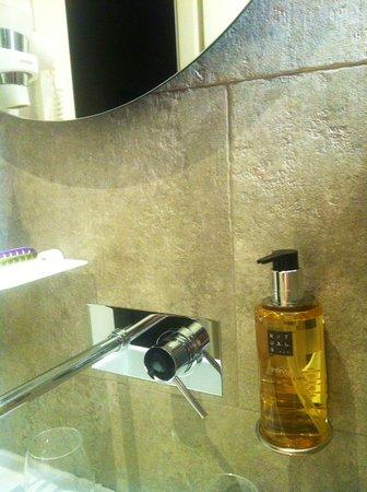 Hotel Lisboa Tejo: Un baño precioso con una ducha increíble.