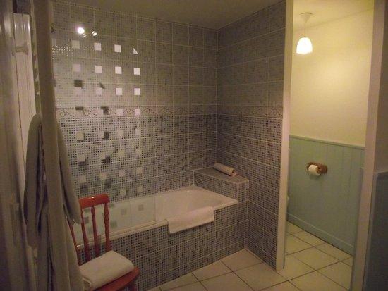 Faverolles-sur-Cher, Frankrijk: salle de bain, wc très spacieuse