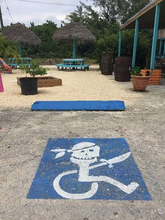 Bodden Town, Gran Caimán: Fun parking icon welcoming you to the restaurant