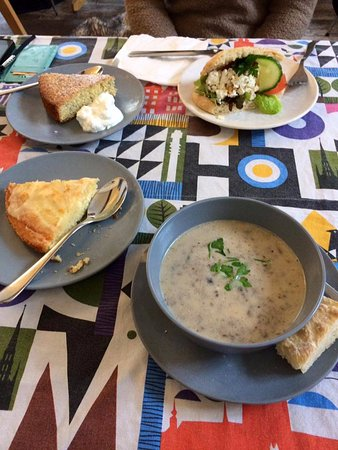 Cafe Suedois: soupe brocolis sandwich feta et extraits de gateaux