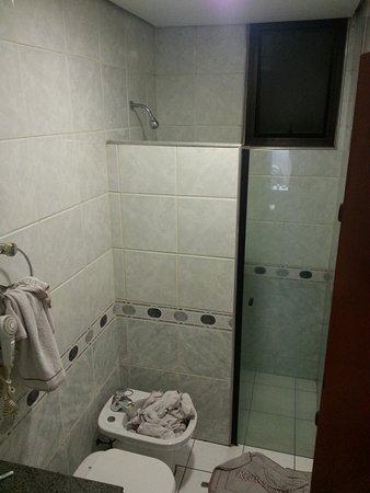 Real Castilha Hotel : Box meia altura mas sem problema. Retem bem a água do banho.