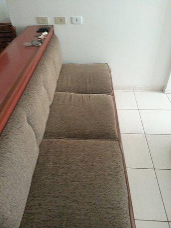 Real Castilha Hotel : O quarto é amplo o suficiente para ter até sofá