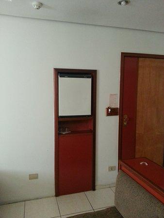"""Real Castilha Hotel : Frigobar colocado em uma altura que vc. não precisa """"ajoelhar"""" para pegar a água...rsrsrsr"""