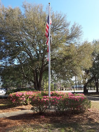 Golden Isles Welcome Center: Flag Flying