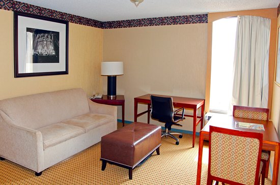 Americas Best Value Inn & Suites - Bush Int'l Airport Wes: Suite Living Room