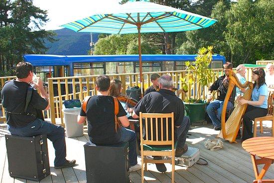 Falls of Foyers, jong en oud maken muziek op het terras