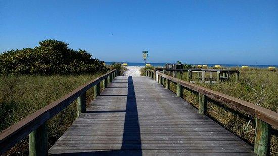 Gulf Tides Inn: Walkway to beach