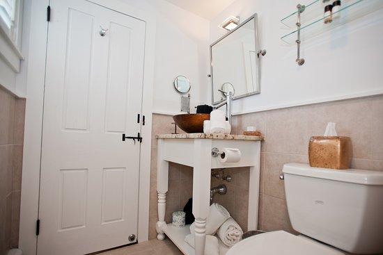 West Harwich, MA: Queen bathroom