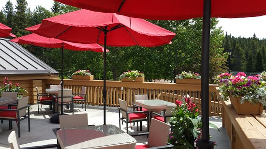 Banff Rocky Mountain Resort: Restaurant Patio (summer)