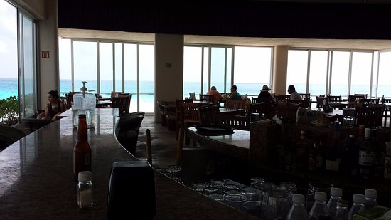 Bsea Cancun Plaza: Open area dining. They don't take food or drinks to the pool/beach area.