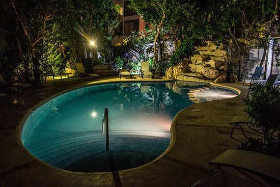 Riviera Maya Suites: pool at night