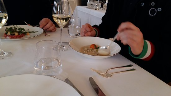 The Goring Dining Room: потрясающий суп и тартар из говядины