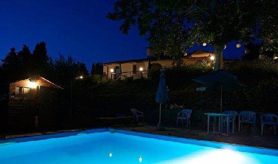 Peccioli, إيطاليا: Vista da Piscina in notturna