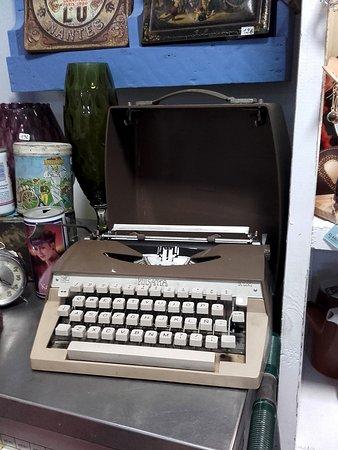 Alarcon, Spain: Antigua máquina de escribir portátil - Tienda El Arcón de Alarcón - Alarcón - Castilla La Mancha