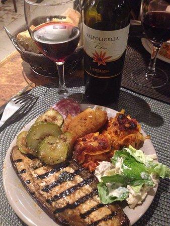 Loches, Prancis: Un vin sublime pour une assiette succulente dans un lieu qui nous fait voyager