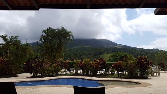 Arenal Kioro Suites & Spa: View of the pool and volcano from lunch