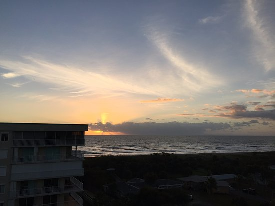 Hampton Inn Cocoa Beach/Cape Canaveral: Sunrise facing east from top floor room furthest east