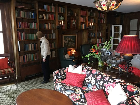 Manoir Hovey: looking at books