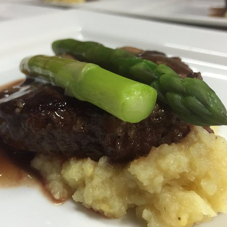 Perth, Canadá: Seared beef with red wine demi-glace served over turnip puree