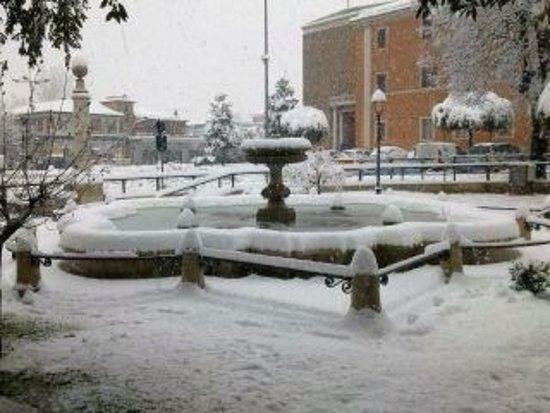 Frosinone, Taliansko: Fontana Livio De Carolis in Piazza Madonna della Neve