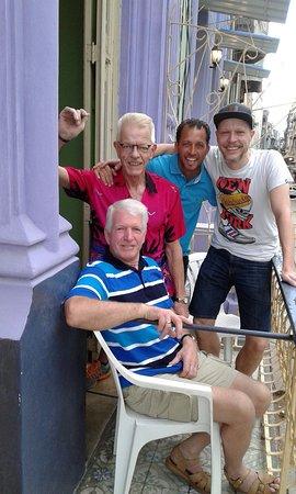 The Purple House : Buenos amigos, en el balcón, después del desayuno!!!